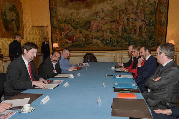 Le premier ministre, Edouard Philippe, face à Philippe Martinez, secrétaire général de la CGT, à Matigon, le 13 mars.