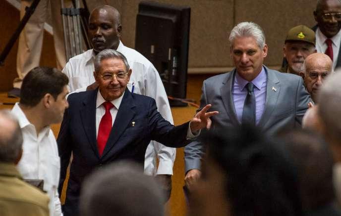 Raul Castro (à gauche), et Miguel Diaz-Canel, à La Havane, le 18 avril.