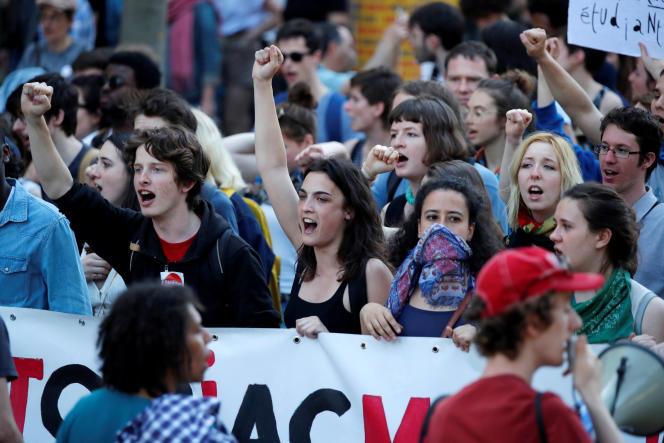 Les étudiants dans la manifestation syndicale parisienne, jeudi 19 avril.
