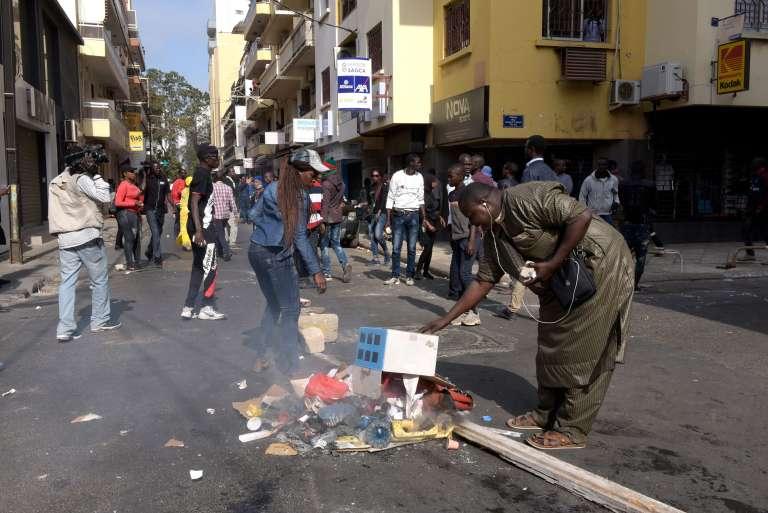 Des manifestants brûlent des poubelles à Dakar pour exprimer leur désaccord envers la politique gouvernementale, le 19 avril 2018