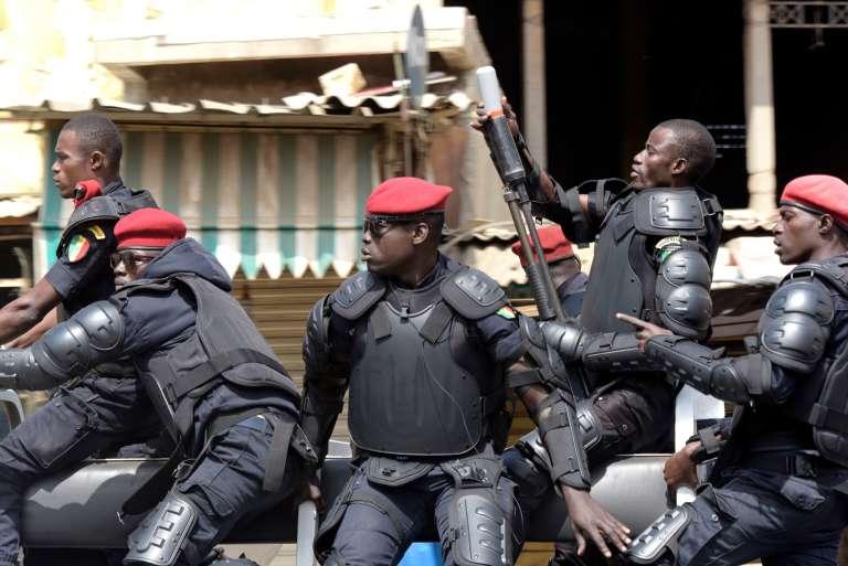 Des policiers sénégalais patrouillent dans les rues de Dakar, le 19 avril 2018.