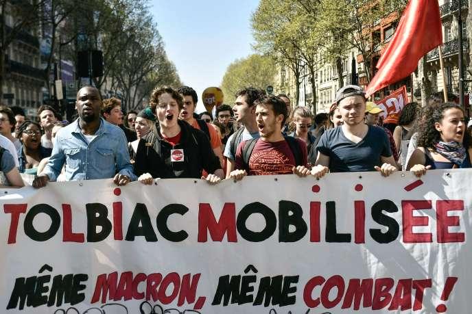 Etudiants du campus de Tolbiac (université de la Sorbonne) à Paris, lors d'une manifestation le 19 avril.