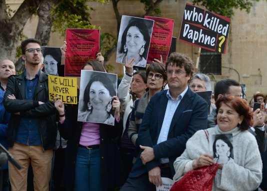Rassemblement à l'occasion des six mois de la mort de Daphne Caruana Galizia, à La Valette, le 16 avril.