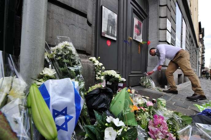 Des fleurs devant l'entrée du Musée juif de Bruxelles, le 25 mai 2014.