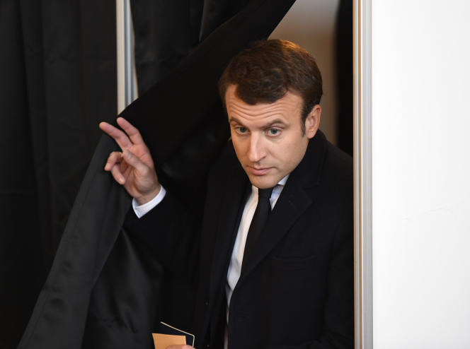 Emmanuel Macron vote au second tour de la présidentielle, le 7 mai 2017.