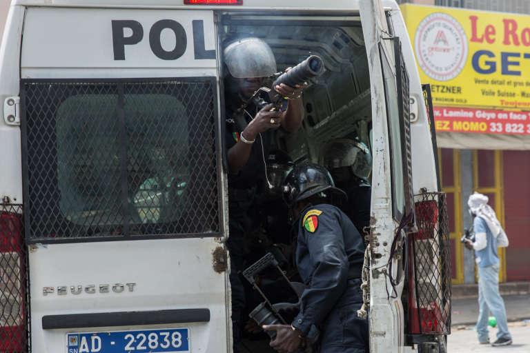 Des policiers sénégalais tirent des grenades lacrymogènes sur des manifestants dans les rues de Dakar, le 19 avril.