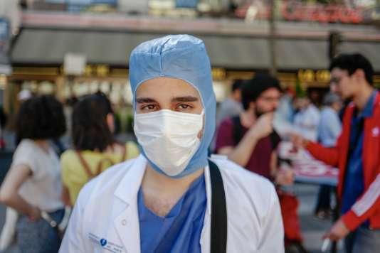 Maxime (pseudo ?), étudiant en quatrième année de médecine à la Pitié-Salpêtrière (Paris) :« Est-ce qu'on veut un rapport à l'autre fondé sur la valorisation économique ? ».