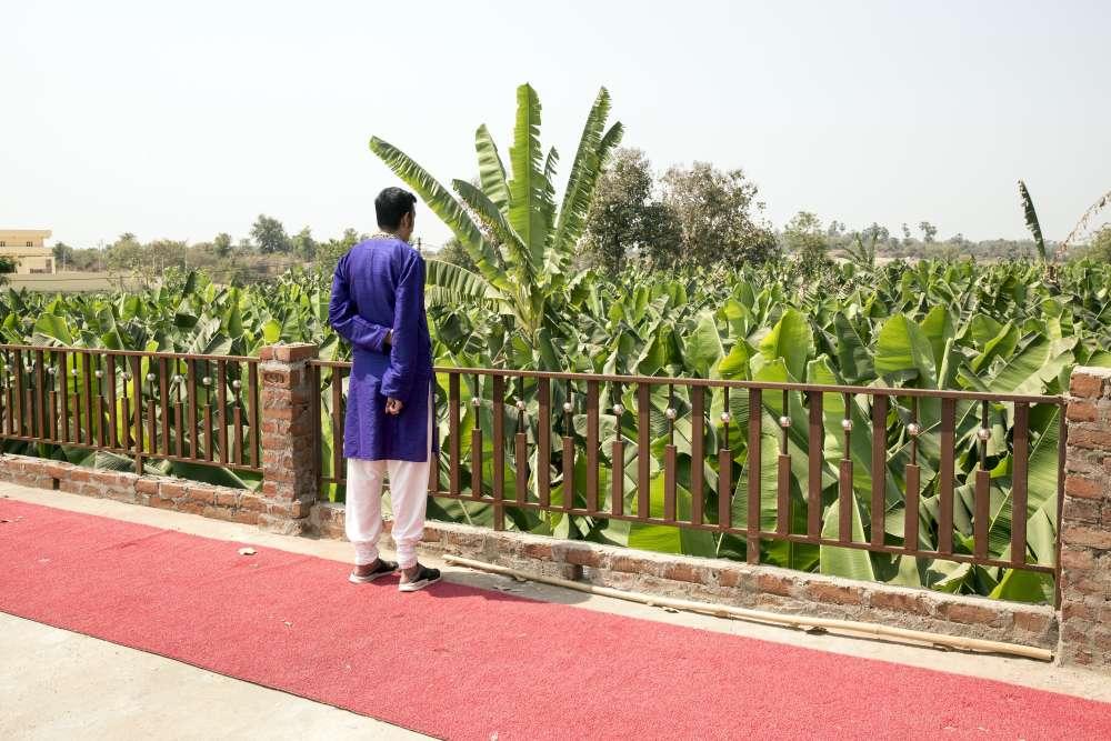 Mavendra, sur la terrasse du palais familial où il a grandit, entouré de bananeraies et de champs de coton.