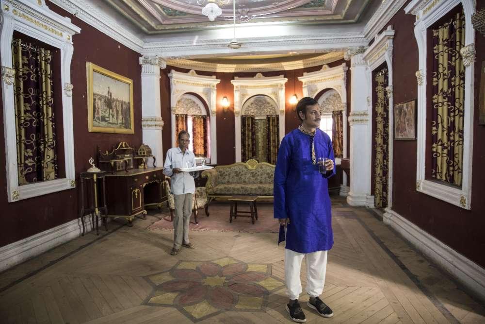 Lorsque Manvendra Singh Gohil revientdans le palais de son enfance, gardiens et domestiques se baissent pour lui toucher les pieds en signe de respect. Ici, le prince pose dans un des salons où ses parents recevaient autrefois politiques et hommes d'affaires. Aujourd'hui, la propriété est devenue un musée.