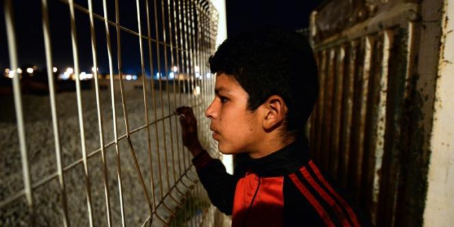 Un jeune Marocain sans-abri regarde le port de Tanger, en janvier 2016.