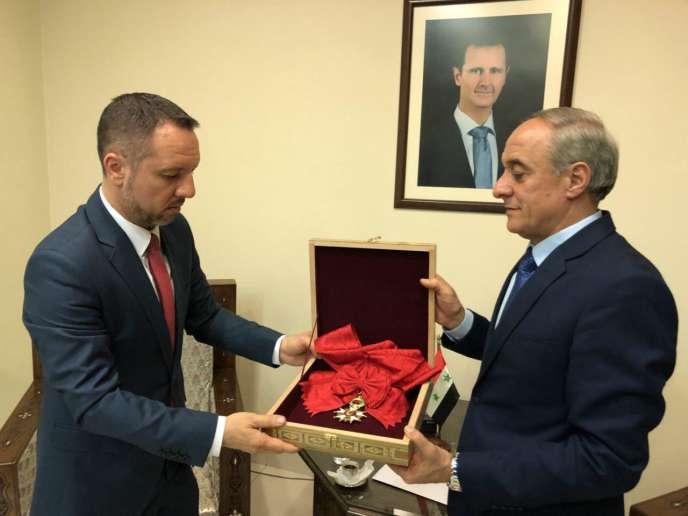 Un représentant de la Syrie a rendu jeudi la Légion d'honneur de Bachar Al-Assad à la France par l'intermédiaire de l'ambassade de Roumanie à Damas.