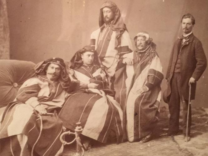 Cette photo d'époque de Ferdinand de Lesseps, en burnous, avec ses adjoints, est accrochée au-dessus du bureau de sa chambre à Ismaïlia, siège de la Compagnie universelle du canal de Suez, l'une des trois villes nouvelles construites en même temps que le creusement dudit canal.