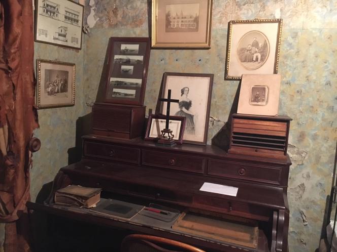 Le bureau de Ferdinand de Lesseps dans la modeste chambre qu'il occupait à Ismaïlia, siège de la Compagnie universelle du canal de Suez dont il était l'administrateur. Tout est resté dans l'état, comme s'il venait de partir. Les rideaux en lambeaux signent le passage du temps.