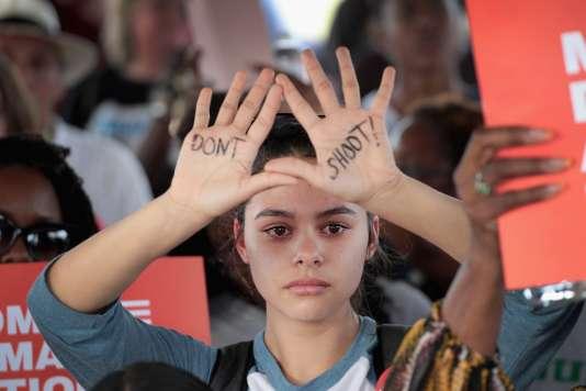«Ne tirez pas», inscrit sur les mains d'une manifestantelors d'une mobilisation contre l'usage des armes à feux, à Killeen (Texas), le 24 mars.
