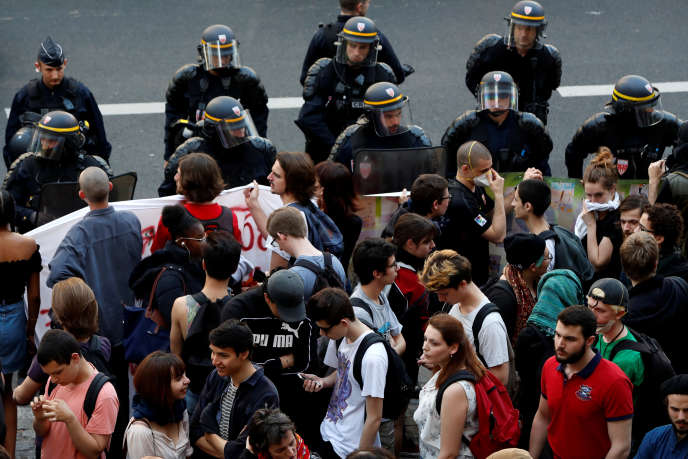 Après l'évacuation matinale du site Tolbiac de Paris-I, vendredi 20 avril, les étudiants se sont rassemblés à midi devant l'entrée, gardée par les CRS.