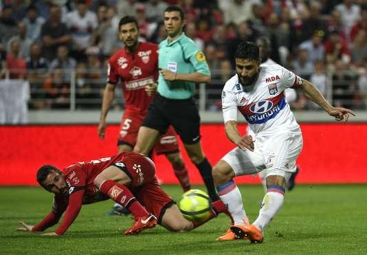 Le milieu de terrain de Lyon, Nabil Fekir laisse sur le côté son adversaire Romain Amalfitano, lors du match vendredi 20 avril.