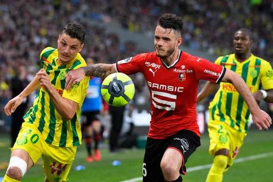 Le milieu de terrain nantais Andrei Girotto et le défenseur rennois Jérémy Gellin dans un duel au stade de Nantes, western France. / AFP / DAMIEN MEYER