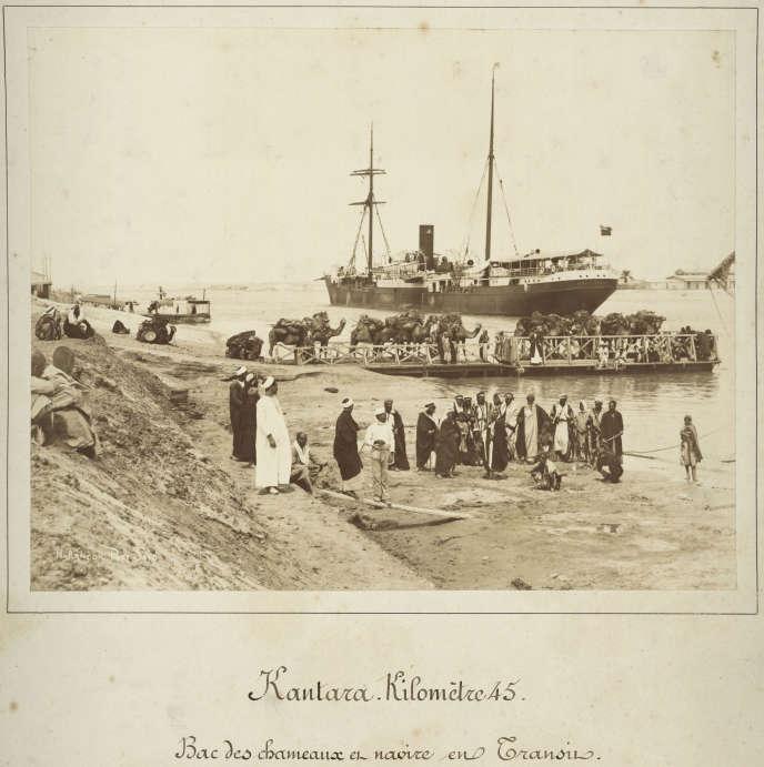 «Kantara, kilomètre 45»(1869-1885), photographie d'Hippolyte Arnoux avec les frères Zangaki. Souvenir de la corvée abolie en 1863. Les sacs de terre étaient évacués à dos de chameaux.
