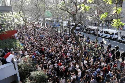Plusieurs centaines de personnes se sont rassemblées devant le site de l'université vendredi.
