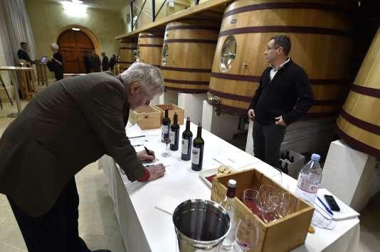 Le critique de vin danois Peter Winding prend des notes lors d'une dégustation au Château Ausone à Saint-Emilion, dans le sud-ouest de la France, le 10 avril, lors de la Semaine des primeurs pour présenter les vins de Bordeaux.