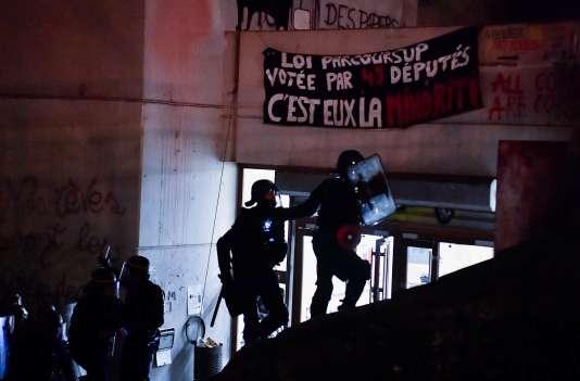 L'entrée des CRS à Tolbiac, le 20 avril, à l'aube.