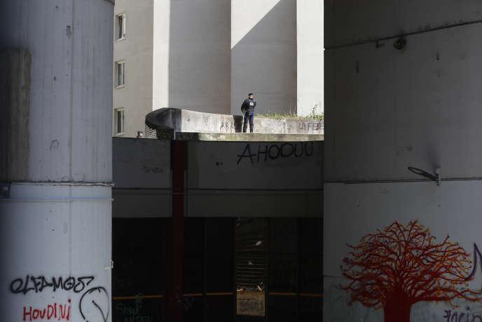 Des policiers devant le site universitaire de Tolbiac, qui était occupé depuis le 26 mars par des étudiants, avant d'être évacué le 20 avril.