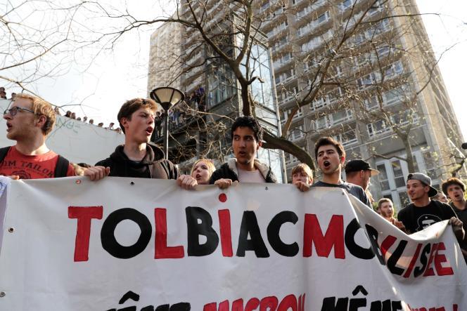 Des étudiants rassemblés devant le site universitaire de Tolbiac pour protester contre son évacuation le 20 avril 2018.