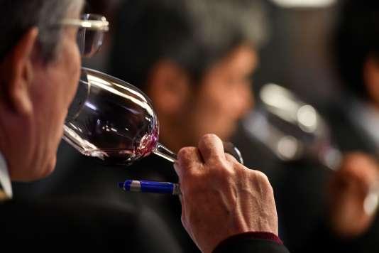 Dégustation au Château L'Angelus à Saint-Emilion, dans le sud-ouest de la France, le 10avril, lors de la Semaine des primeurs pour présenter des vins bordelais.
