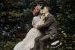 Couple s'embrassantdans le jardin, carte postale 1909.