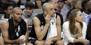 Tony Parker avec Manu Ginobili, autre vétéran des Spurs, et l'assistante de Gregg Popovich Becky Hammon.