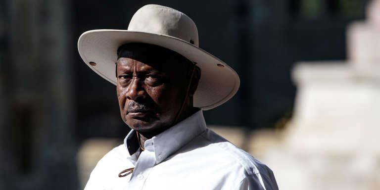 Le président ougandais Yoweri Museveni avait écrit en mars au ministère des finances pour lui demander d'introduire la nouvelle taxe afin de lutter contre les conséquences du «bavardage» en ligne.