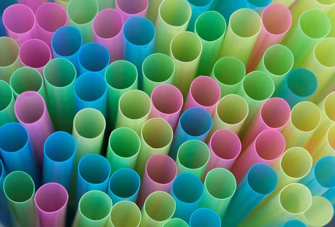 Chaque année, 8,5 milliards de pailles sont utilisées au Royaume-Uni, selon le gouvernement. D'après une étude menée pour l'association WWF, le chiffre réel pourrait être beaucoup plus élevé et atteindre 42 milliards.
