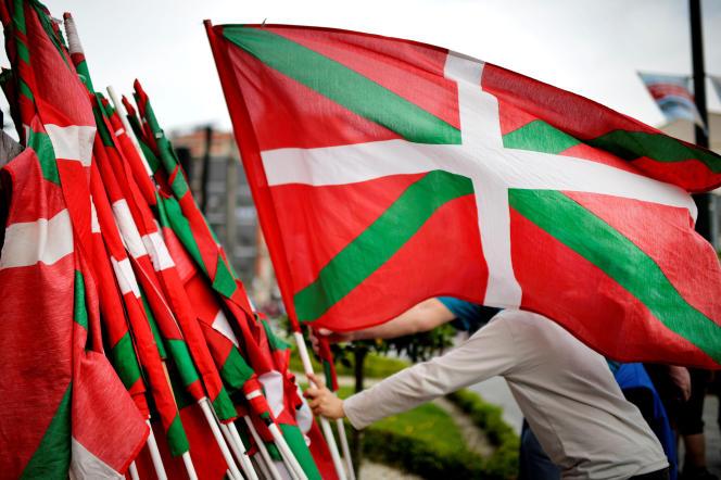Un drapeau basque lors d'une manifestation de soutien à des prisonniers appartenant à ETA, le 21 avril à Bilbao.