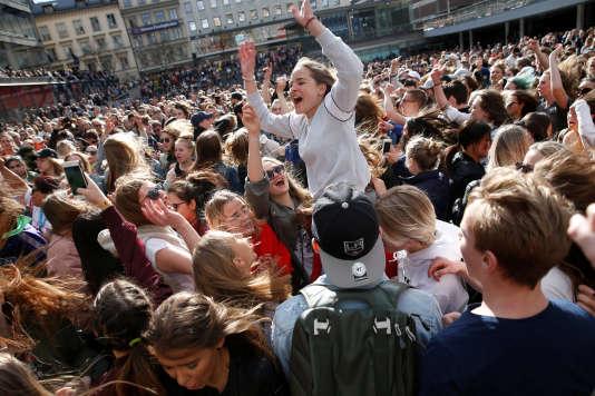 Des fans rendent hommage au DJ Avicii, à Stockholm.