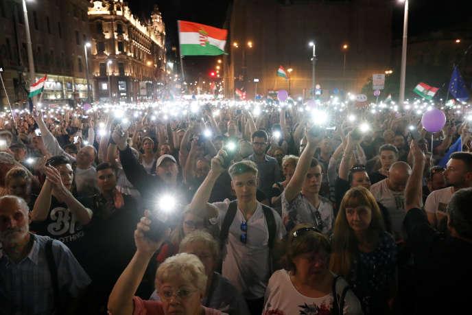 Près de 30 000 Hongrois ont défilé samedi 21 avril à Budapest afin de protester contre la réélection du Premier ministre Viktor Orban.