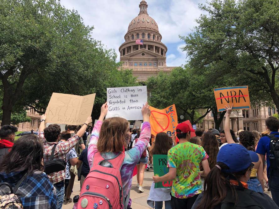 Cette manifestation (les étudiants étaient rassemblés devant leTexas State Capitol, à Austin) a reçu le soutien appuyé de plusieurs célébrités, dont George et Amal Clooney.