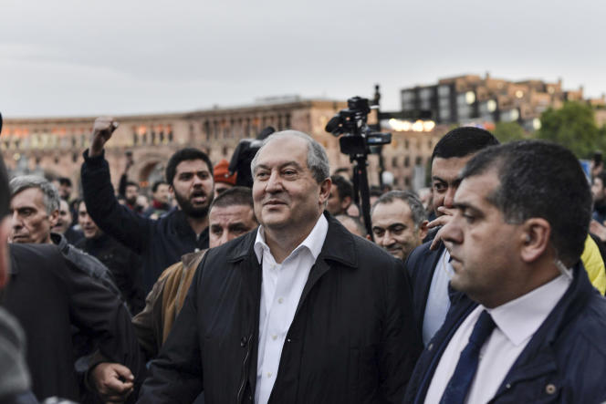 Accompagné de ses gardes du corps, le président arménien,Armen Sarkissian, a serré la main à M. Pachinian, député et leader de l'opposition.