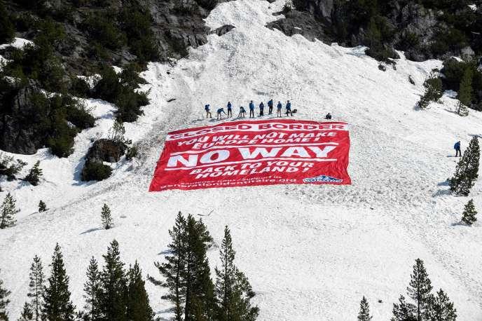 Des militants de Génération Identitaire bloquent le col de l'Echelle (Hautes-Alpes), le 21 avril.