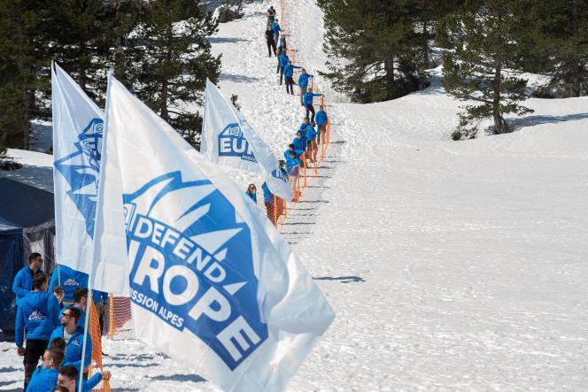 Des membres de Génération identitaire ont matérialisé une « frontière symbolique », au col de l'Echelle (Hautes-Alpes), le 21 avril.