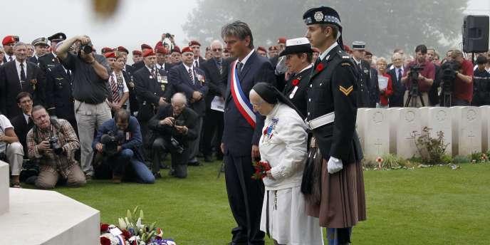 Sœur Agnès-Marie a été décorée de l'ordre national du Mérite, de la médaille du service méritoire et du grade de chevalier puis d'officier de la Légion d'honneur. Elle est citoyenne d'honneur des villes de Rouen et Dieppe.