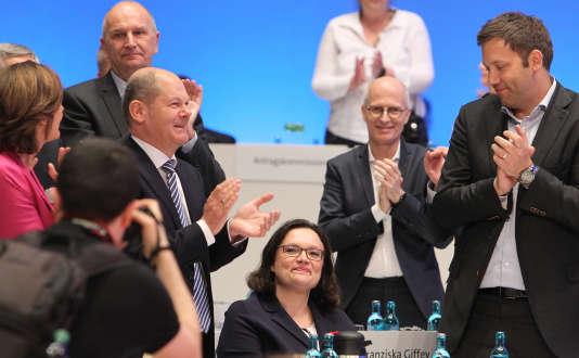 Andrea Nahles, félicitée par ses pairs après son élection à la tête du SPD, dimanche22 avril.