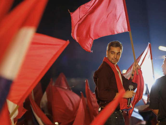 Le candidat du parti Colorado, Mario Abdo Benitez, lors de son dernier meeting de campagne, à Paraguari (Paraguay), le 18 avril.