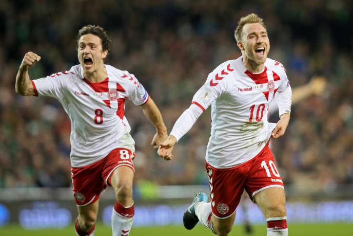 Christian Eriksen (n° 10) et Thomas Delaney (n° 8) fêtent le but du Danemark contre l'Irlande, le 14 novembre 2017 à Dublin.