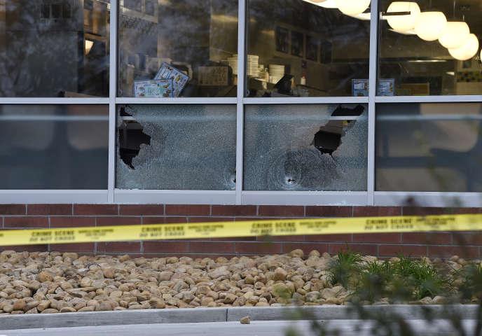 Des impacts dans les vitres du restaurant de gauffres, dans les environs de Nashville, le 22 avril 2018.