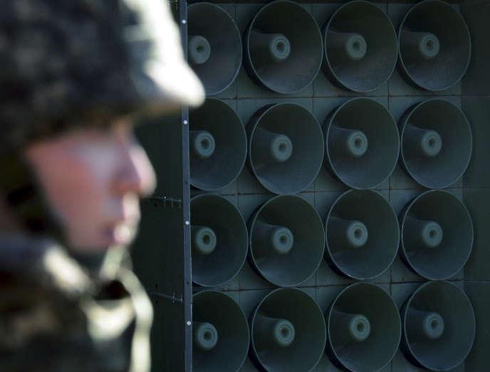 Le 8 janvier 2016, un soldat sud-coréen devant les haut-parleurs de la frontière.