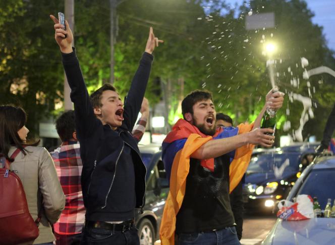 Des manifestants de l'opposition célèbrent dans les rues d'Erevan la démission du premier ministre, lundi 23 avril.