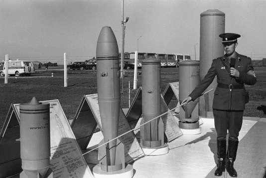 Photo d'archives montrant un officier russe présentant des munitions chimiques, en 1987.