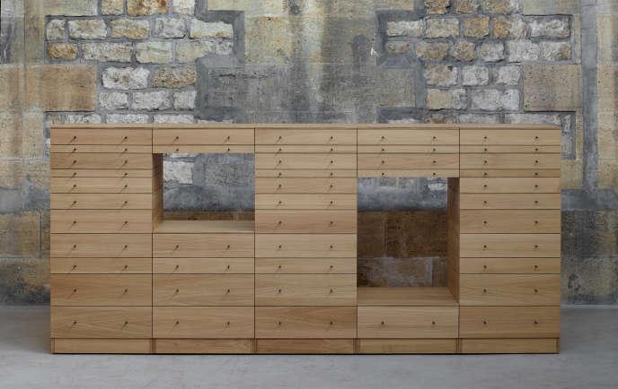 Une pièce inédite au MADD: le rangement The Drawers and I en multiplis de chêne massif dont les tiroirs assemblés font le meuble, comme des briques. Fabrication Atelier Hubert Weinzeierl (Édition MSZ, 2017).