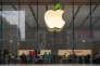 «En moins de vingt ans, les géants américains du numérique – au premier rang desquels Apple, qui concentre 34 % du total de la trésorerie du Top 10 – ont accumulé des portefeuilles financiers qui rivalisent en volume avec les plus gros véhicules d'investissement des géants de la gestion d'actifs» (Photo: logo d'Apple à Shanghaï).