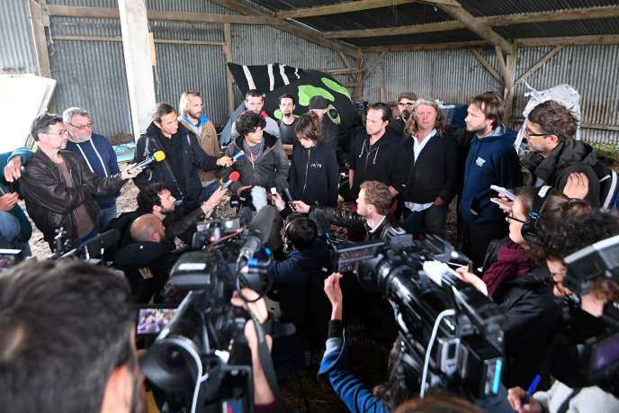 Des habitants de la ZAD présentent leur projet à la presse, à Notre-Dame-des-Landes, le 23 avril.